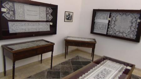 Museo del ricamo e dello sfilato siciliano a chiaramonte for Mobili 700 siciliano