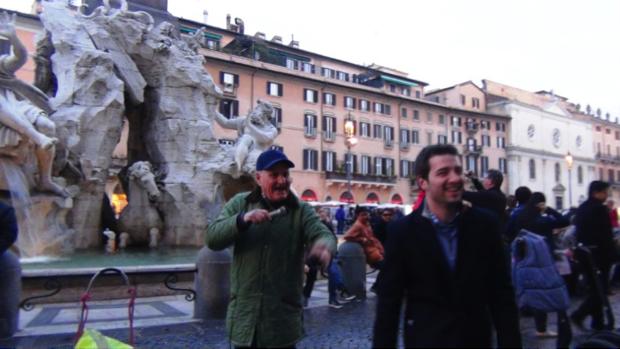 2 spec Roma-8-Nonno Adriano balla in piazza Navona 1