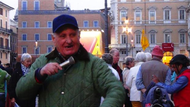 2 spec Roma-8-Nonno Adriano balla in piazza Navona 2