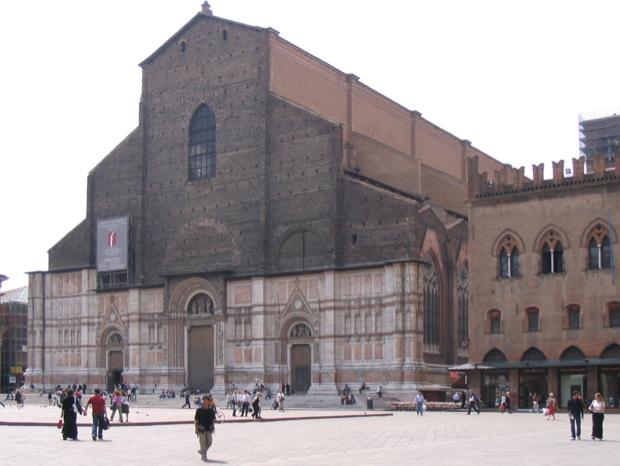 piazza Maggiore cuore di bologna 2