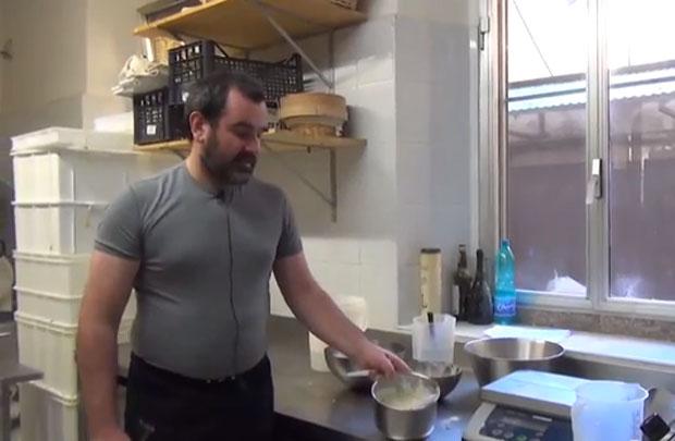 Longoni spiega la preparazione dell'impasto per fare il pane a casa