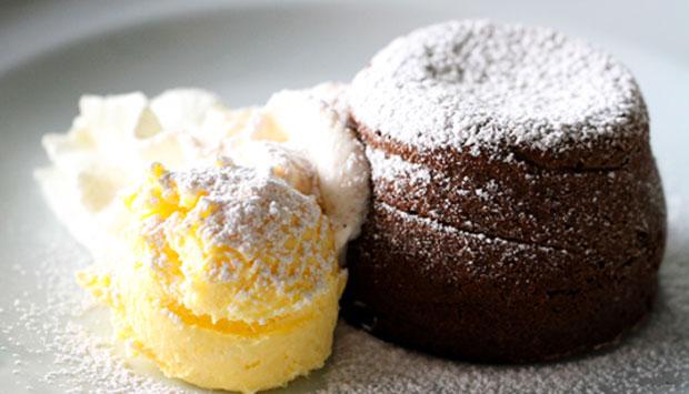 La ricetta del Soufflé al cioccolato servito con crema di burro