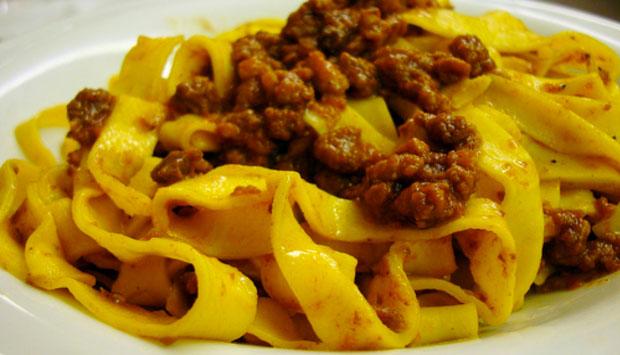 Tagliatelle e tortellini: miti e leggende della gastronomia bolognese