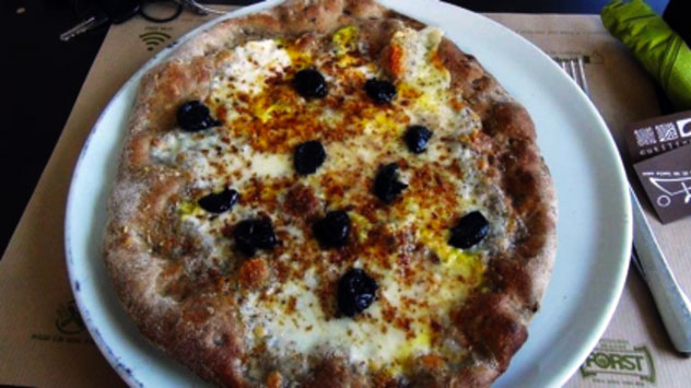 I Cutilisci a Catania, pizza intellettuale in un borgo marinaro
