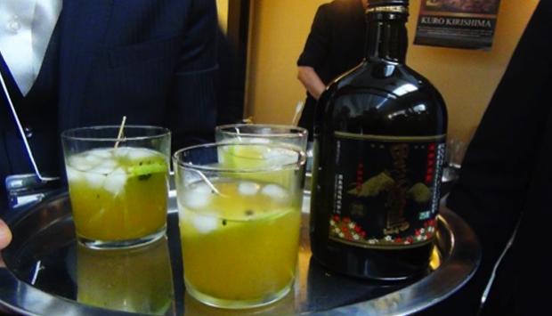 Il cocktail giapponese di grappa di patate, succo di agrumi e tè verde
