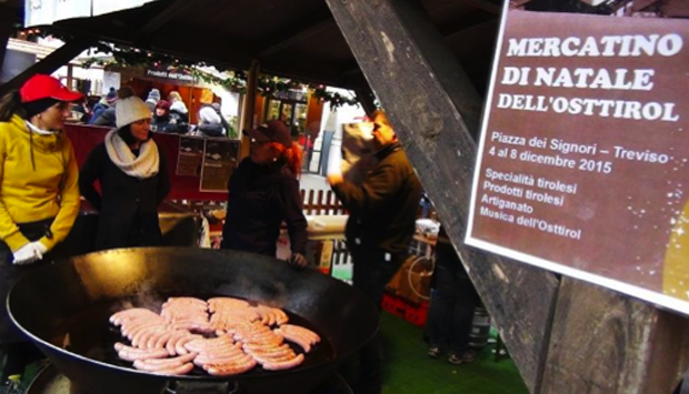 Le salsicce giganti dei mercatini di natale, specialità tirolese