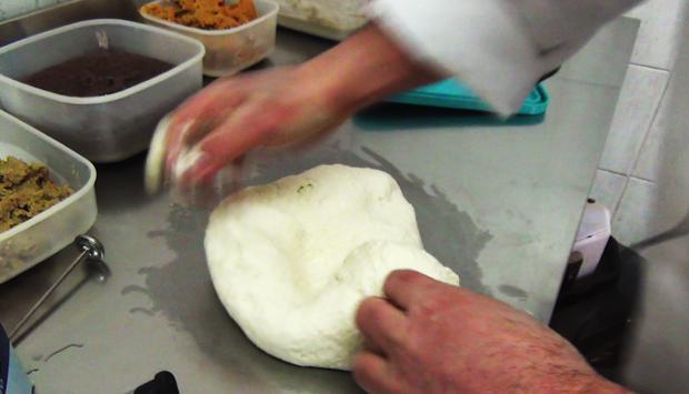 Fare la pizza a casa: regole e segreti per un impasto perfetto