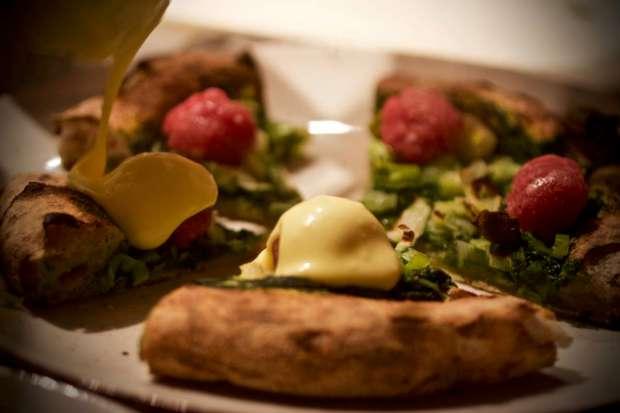 Pizza al Biosserì con Prete: Burrata, Salsiccia di Bra e Castelmagno