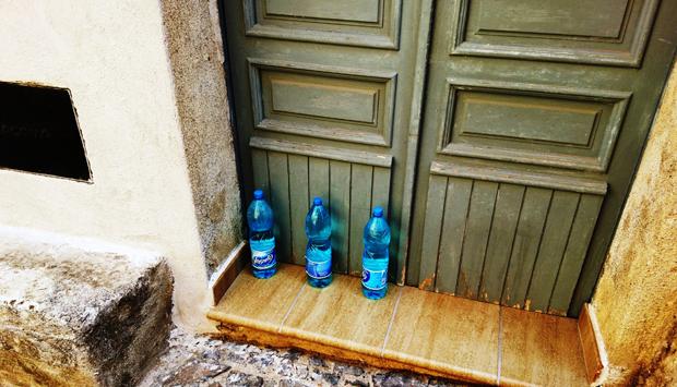 Quando le bottiglie anti-gatto diventano arredo urbano: per esempio a…
