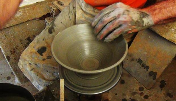 Come si lavora da millenni la ceramica nell'isola greca di Sifnos