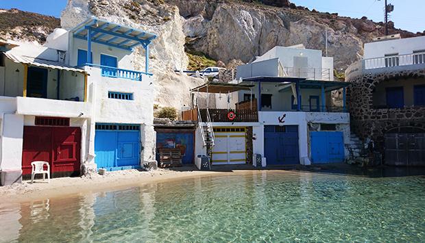 Le case colorate sull'isola greca di Milos, nel blu dipinto di blu