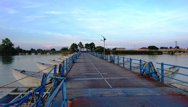 Ponte di barche sul Po della Donzella, magia fluviale a Porto Tolle (RO)