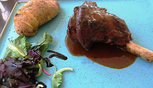 """Il """"cibo vulcanico""""? Al ristorante Sirocco dell'isola greca di Milos"""