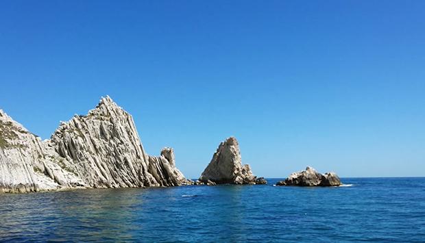 La stupenda spiaggia delle Due Sorelle nella Riviera del Conero, Marche