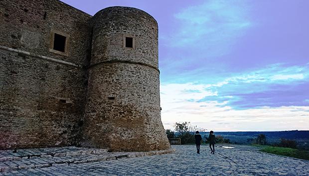 Il Castello di Bernalda in Basilicata, la morbidezza dei volumi