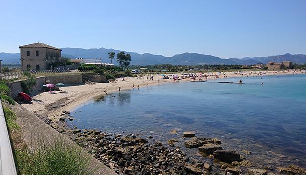 La spiaggia di Nora, tra le memorie millenarie della Sardegna del sud