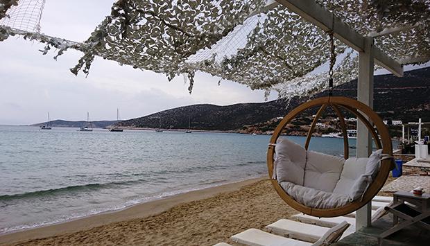 Al bar sulla bella spiaggia di Platis Gialos, sull'isola greca di Sifnos