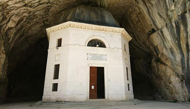 Tempio Valadier (Genga, AN), rimanere impietriti di fronte alla bellezza